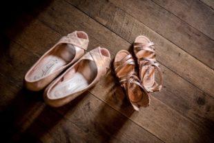Deux paires de chaussures posées sur le sol en bois