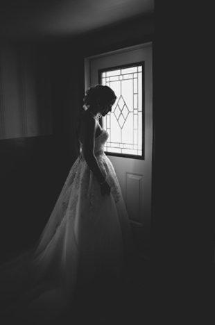Mariée près d'une porte
