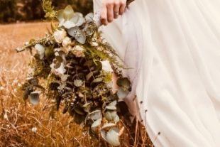 Bouquet d'une mariée qui marche dans un champs