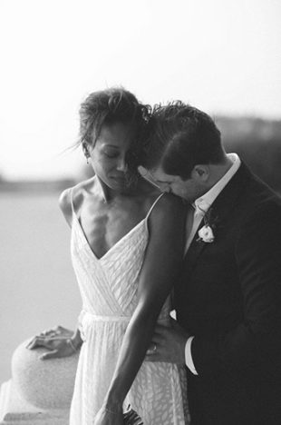 Marié qui embrasse sa femme sur l'épaule