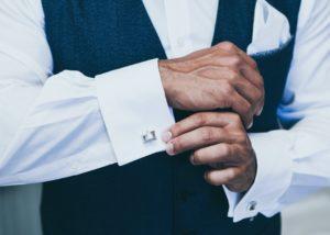 Homme qui met des boutons de machette pour son mariage