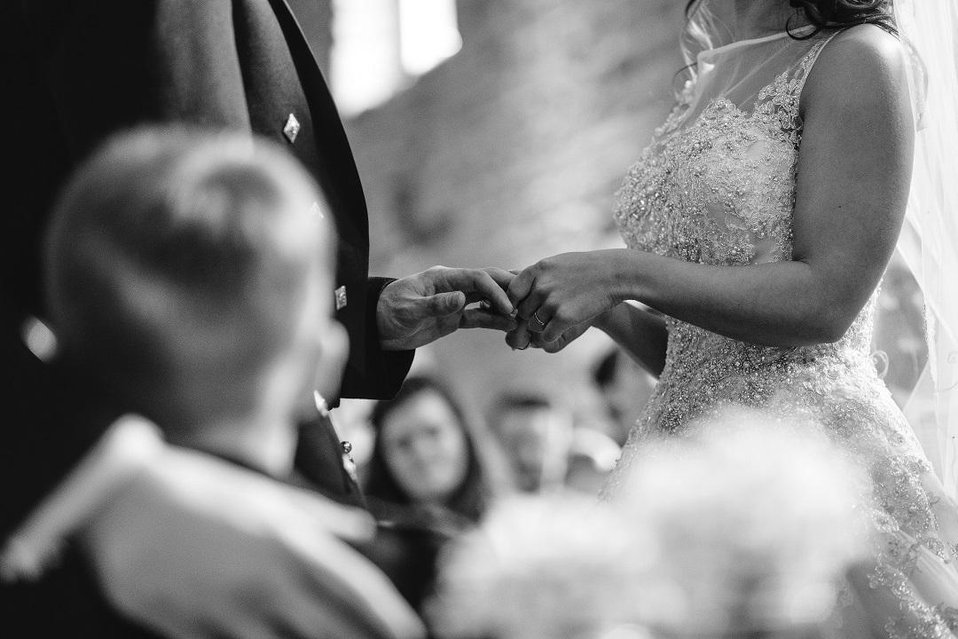 enfant qui regarde l'échange des alliances à un mariage