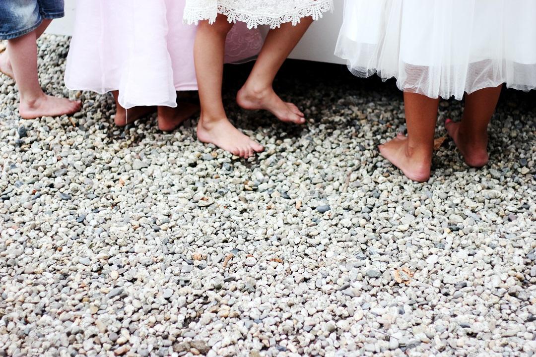 enfants pieds nus dans des graviers