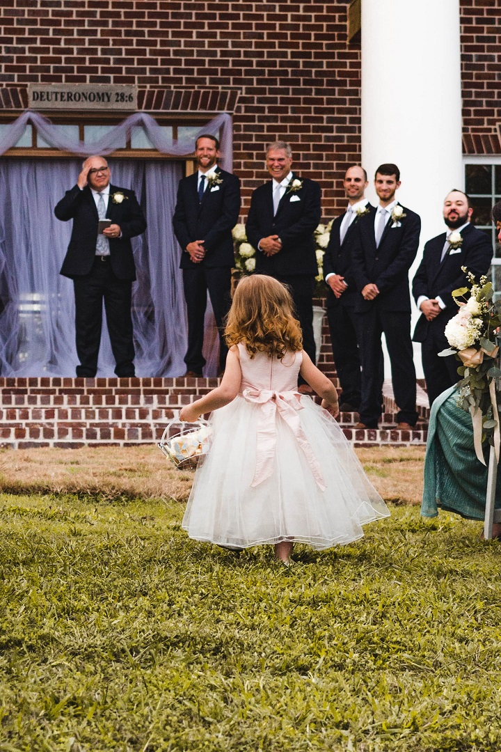Petite fille qui apporte les alliance pendant une cérémonie