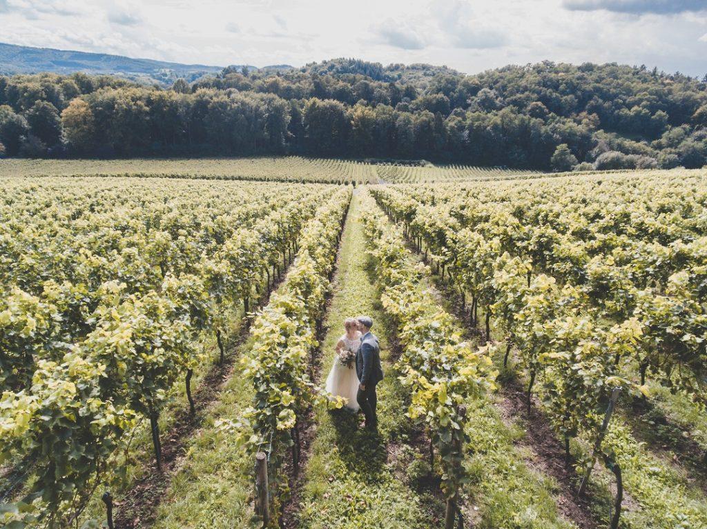 Couple de mariés dans une vigne