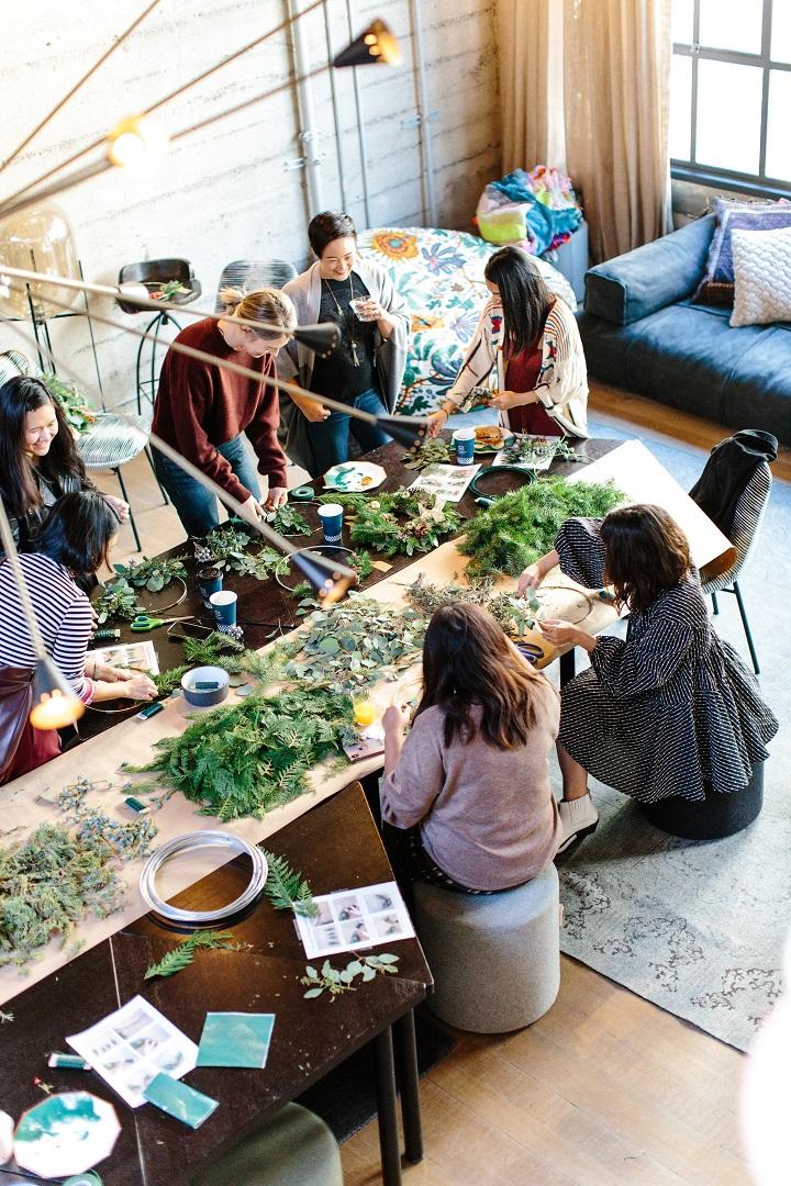Groupe de femmes durant un atelier créatif autour d'une table
