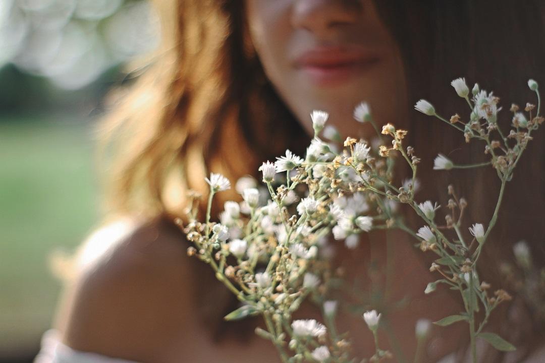 Visage d'une mariée avec un bouquet de gypsophile