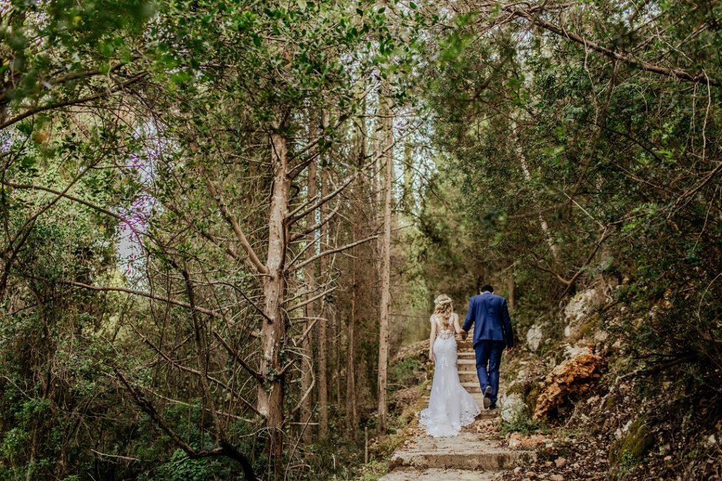 COUPLE DE MARIES QUI MARCHENT DANS LA FORET