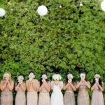 Groupe de demoiselle d'honneur et mariée qui cachent leur visage avec un bouquet de fleur