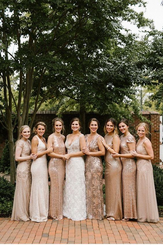 Groupe de demoiselles d'honneur avec la mariée