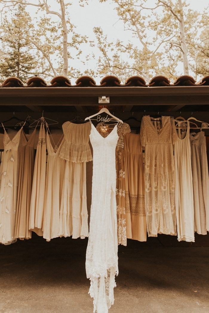 Robe de la mariée sur un cintre avec celles de ses demoiselles d'honneur
