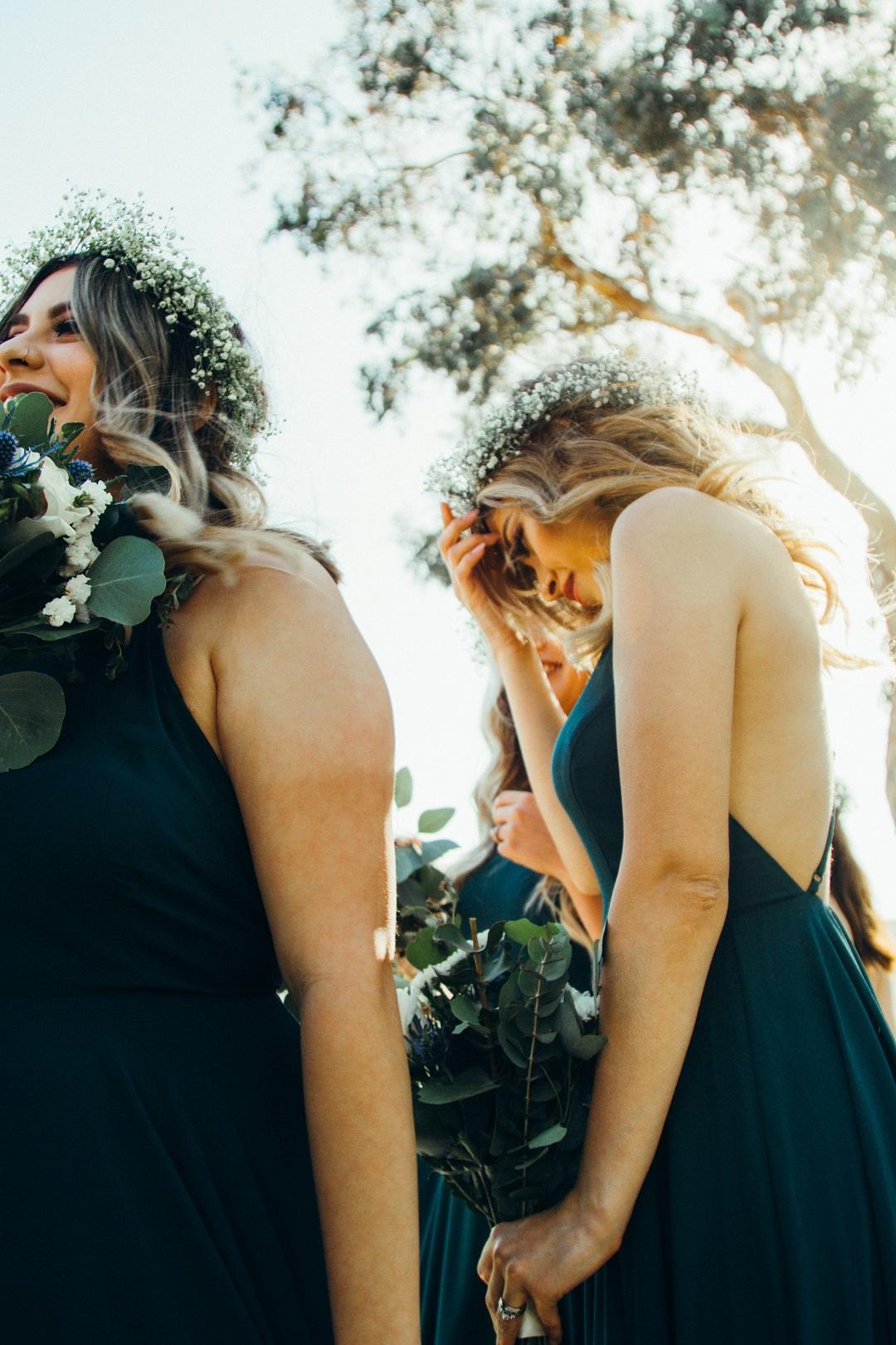 Demoiselles d'honneur qui portent des couronnes de fleurs
