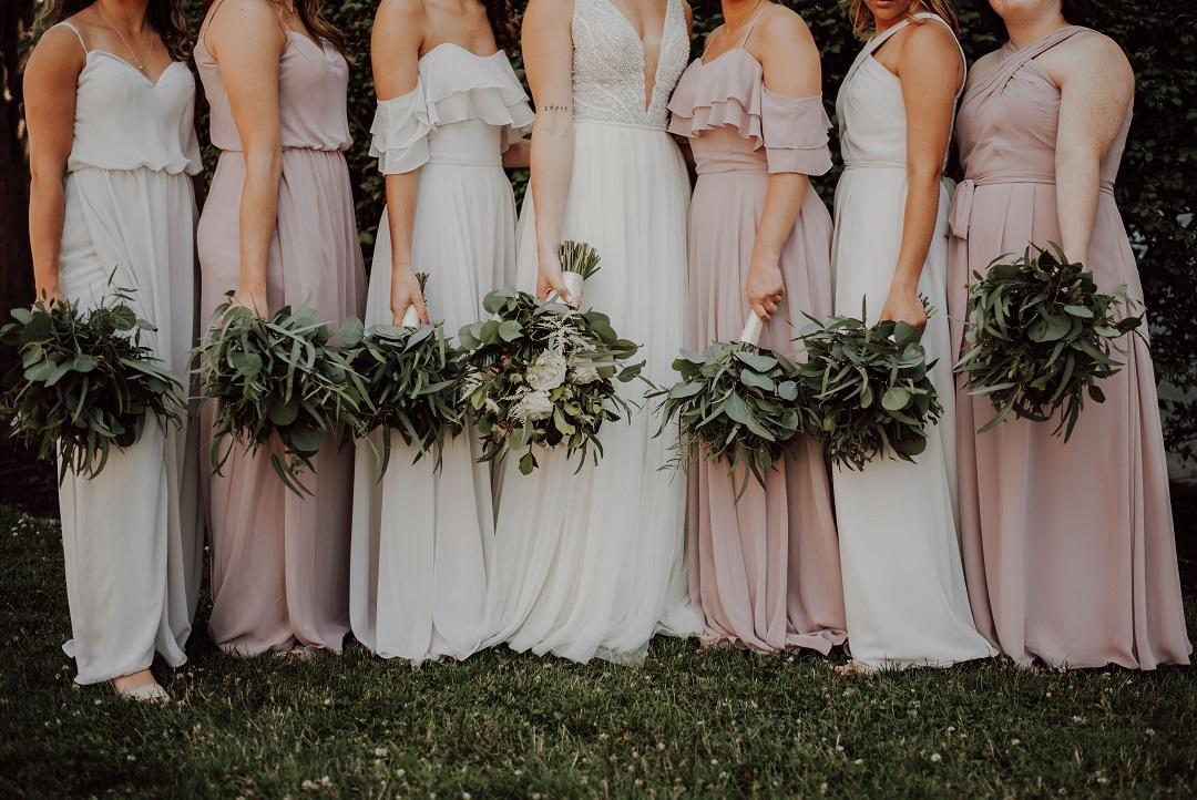 Groupe de demoiselles d'honneur alignées, mariée au centre