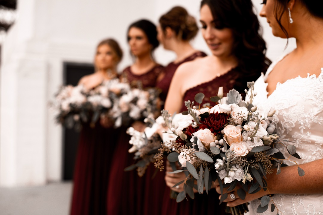 Mariée avec ses demoiselles d'honneur qui tiennent un bouquet