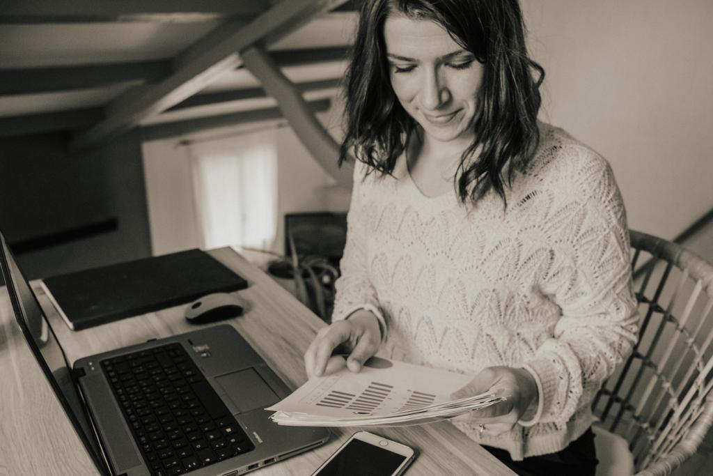 femme qui lit un document à son bureau